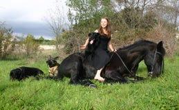Freundschaftmädchen-Pferdenhunde lizenzfreie stockfotos