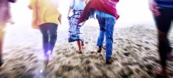 Freundschafts-Abbinden-Entspannungs-Sommer-Strand-Glück-Konzept Stockfotografie