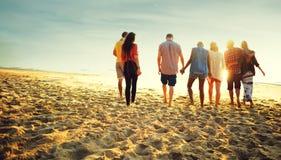 Freundschafts-Abbinden-Entspannungs-Sommer-Strand-Glück-Konzept Stockfotos