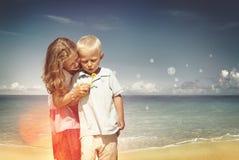 Freundschafts-Familie, die Kinderbruder-Schwester Concept spielt Stockfoto