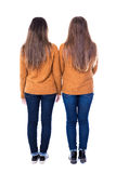 Freundschaftskonzept - hintere Ansicht von zwei Mädchen, die an lokalisiert stehen Stockfoto