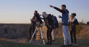 Freundträumerei zusammen unter Verwendung eines Berufsteleskops lizenzfreies stockfoto