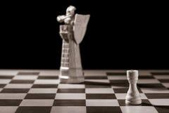 Freux blanc classique et la même pièce d'échecs sous forme de medie Images libres de droits