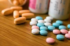 färgade pills Royaltyfri Bild