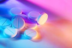 Färgade preventivpillerar Arkivbild