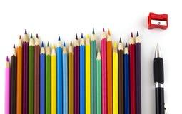 Färgblyertspennor och penna Royaltyfri Bild