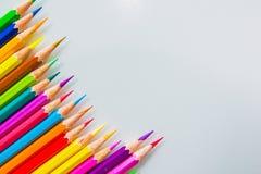 Färgblyertspennor över det vita bakgrundsslutet upp Arkivbilder