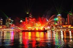 Färgerna av natten reflekterade i floden av den Brisbane staden, Australien Arkivfoto