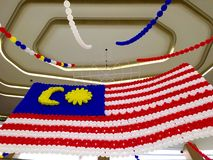 Färgglad malaysisk flagga som hänger på tak Arkivbilder