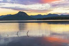 Färgglad solnedgång på sjön Moogerah i Queensland Royaltyfria Bilder