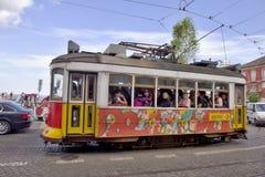 Färgglad spårvagn i den gamla staden Lissabon Royaltyfria Bilder