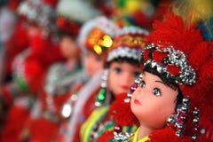 färgglada dockor klädde den traditionella stammen för hmong Royaltyfri Foto
