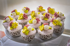 Färgglade dekorerade muffin Arkivbilder