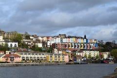 Färgglade hus som förbiser floden Avon i Bristol Royaltyfri Bild