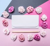 Färgrik bakgrund för färgrika pappers- rosor, vikt runt om garneringar för ett vitkuvert för valentin slut för bästa sikt för dag Royaltyfria Bilder