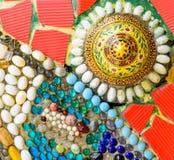 Färgrik bakgrund för keramisk och målat glassvägg på watphra t Arkivfoto