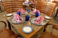 Färgrik bordsservis på trätabeller Arkivbilder