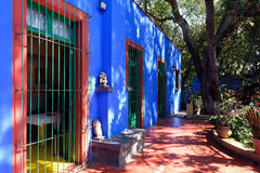 Färgrik borggård på Frida Kahlo Museum i Mexico - stad Arkivfoton
