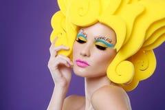 Färgrik exotisk bild av bärande godismakeup för kvinna Arkivbilder