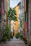 Färgrik gammal gata i Villefranche-sur-Mer Arkivfoto