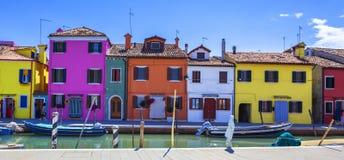 Färgrik gata med kanalen i Burano Fotografering för Bildbyråer