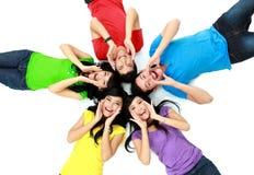 Färgrik grupp av vänner på golvet Royaltyfri Bild