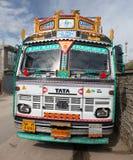 Färgrik lastbil i indiska Himalayas Royaltyfri Bild