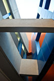 Färgrik modern arkitektonisk detalj som ser upp Royaltyfri Fotografi