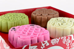 Färgrik mooncake i röd ask Royaltyfri Foto