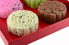 Färgrik mooncake i röd ask Fotografering för Bildbyråer