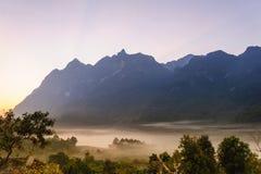 Färgrik soluppgångbaksida bergen fördunkla dalen Royaltyfri Fotografi
