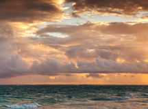 Färgrik soluppgånghimmel över Atlantic Ocean Dominikanska republiken Arkivfoton
