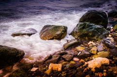 färgrik stenig kust Royaltyfri Foto