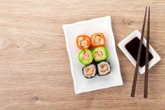Färgrik sushimaki med tobiko Fotografering för Bildbyråer