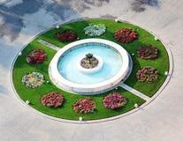 Färgrik trädgård med springbrunnen Arkivbilder