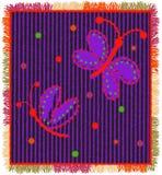 Färgrik vävmatta med vertikala sicksackband, applique av den stiliserade fjärilen och frans Arkivfoto