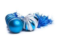 Färgrika blåa julgarneringstruntsaker på vit med utrymme f Royaltyfria Foton