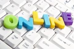 färgrika bokstäver gjorde online-ord Arkivbild