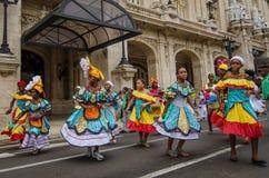Färgrika dansare i gatan i havannacigarren, Kuba Arkivbilder