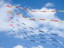 Färgrika drakar på blå himmel Arkivfoto