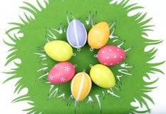 Färgrika easter ägg på bordduk Arkivfoton