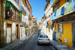 Färgrika fasader av gamla hus på gatan av den historiska cenen Royaltyfri Fotografi