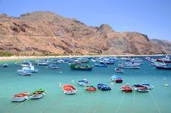 Färgrika fiskebåtar på den Teresitas stranden på Tenerife Arkivfoton
