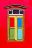 Färgrika fönster och detaljer på ett kolonialt hus i lilla Indien Arkivfoto