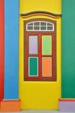 Färgrika fönster och detaljer på ett kolonialt hus i lilla Indien Royaltyfri Foto