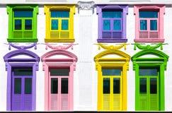Färgrika fönster och vit byggnadsfasad Arkivfoto
