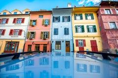 Färgrika forntida byggnader i den Sibiu staden Royaltyfri Bild
