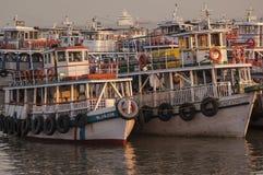 Färgrika färjor nära nyckeln till Indien Royaltyfria Foton
