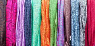 färgrika försäljningsscarfs Arkivbild