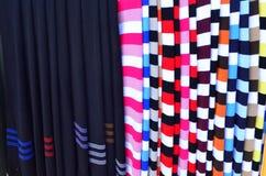 Färgrika halsdukar på en marknad Arkivfoton